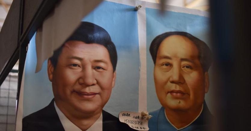 Xi Jinping (a sinistra) e Mao Zedong